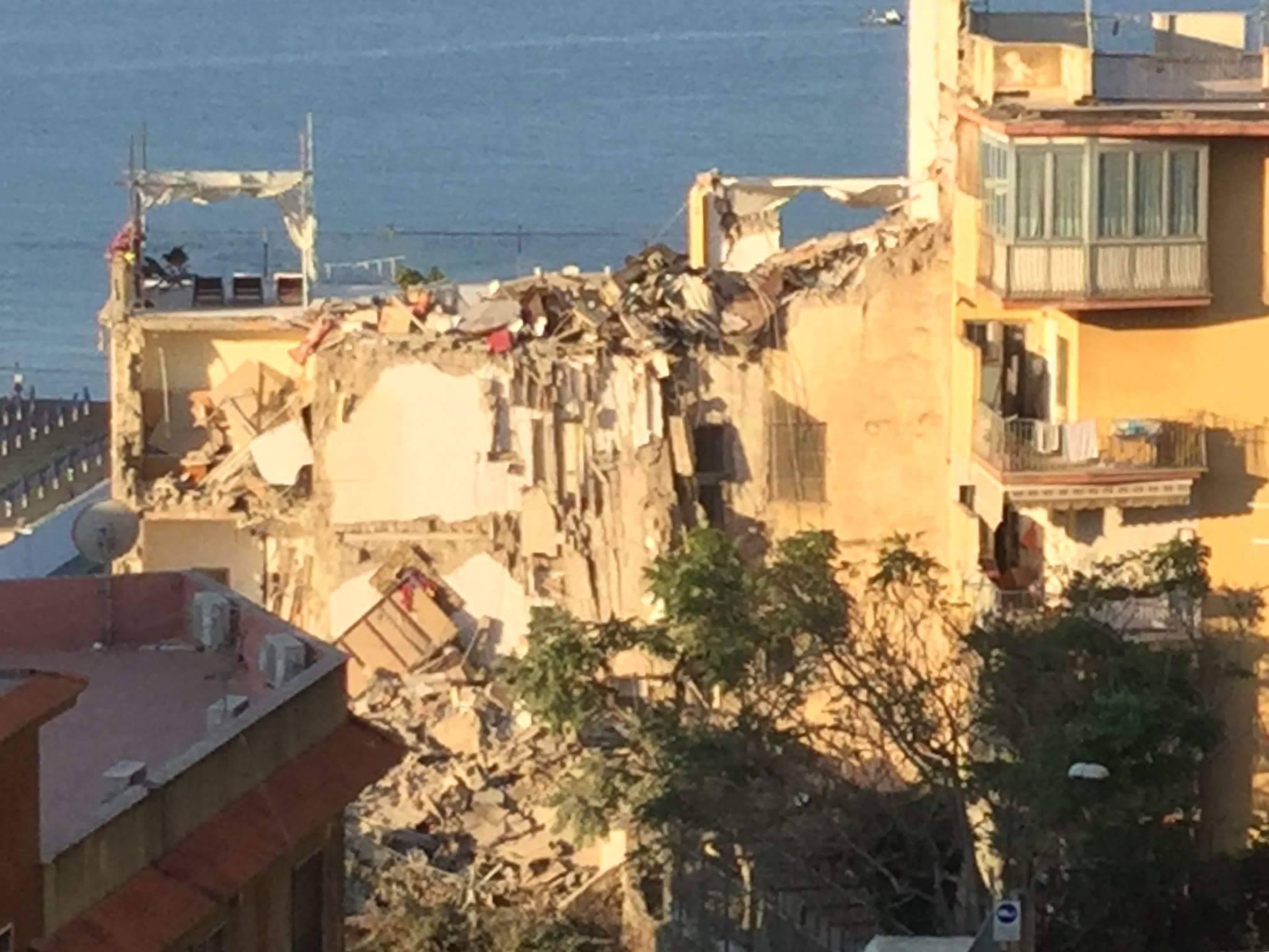 Torre annunziata terrore all 39 alba crolla palazzo di 4 piani for Palazzo a 4 piani